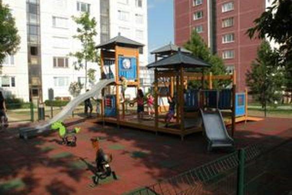 Medzi panelákmi na KVP konečne vyrástlo detské ihrisko, ktoré spĺňa najprísnejšie európske štandardy.