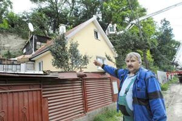 Milan Topoľčanský. Stromy mu takmer zavalili nedávno vynovený dom.