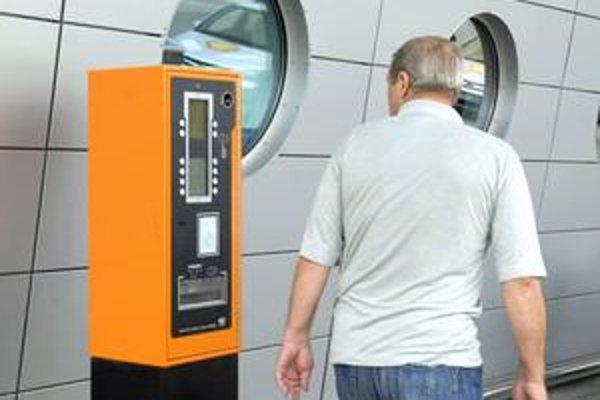 Budú ich viac sledovať. Automaty na letisku by už vždy mali byť plné mincí na vydávanie.