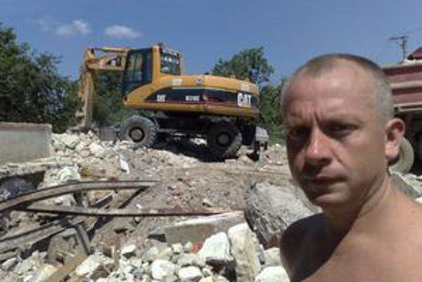 Dva mesiace po povodniach zbúrali dom Petra Pysza.