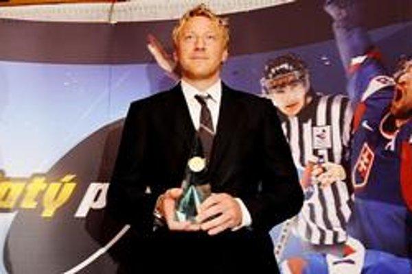 Blažene sa usmieva - bodaj by nie, veď sa stal po štvrtýkrát v kariére držiteľom absolútneho Zlatého puku pre najlepšieho slovenského hokejistu sezóny