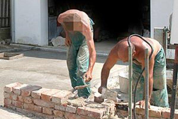 Práca na stavbe. Popri službách platí medzi oblasti, kde sa čierna práca objavuje najčastejšie.