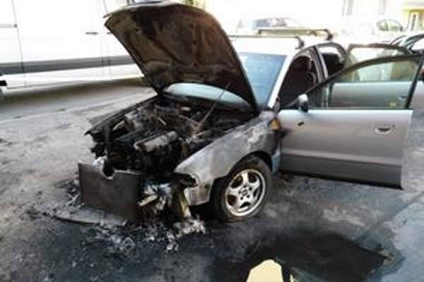 Zhorená audina. Vyhorel celý motor, auto je súce do šrotu.