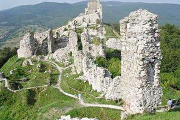 Hrad Régec. Spolu s hradmi v Boldogkő a Füzeri patrí k ozdobám Zemplínskych vrchov.