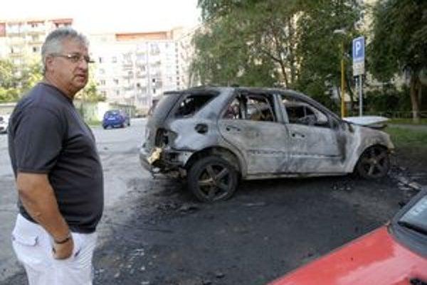 Vincent Lukáč pri zničenom aute.