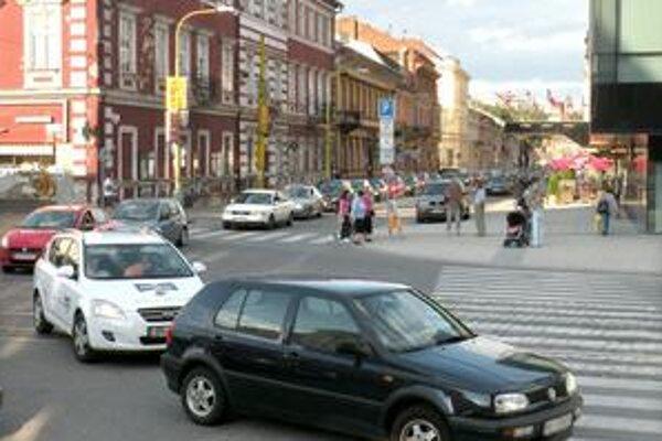 Zápcha na Rooseveltovej. Zmena organizácie dopravy na Pribinovej zahltila Rooseveltovu ulicu autami.