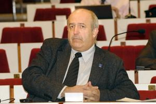 Emil Petrvalský (SDKÚ-DS). Škrty pre pre mládež kritizoval. Tvrdí, že sa im neberie čokoláda, ale rovno chlieb.