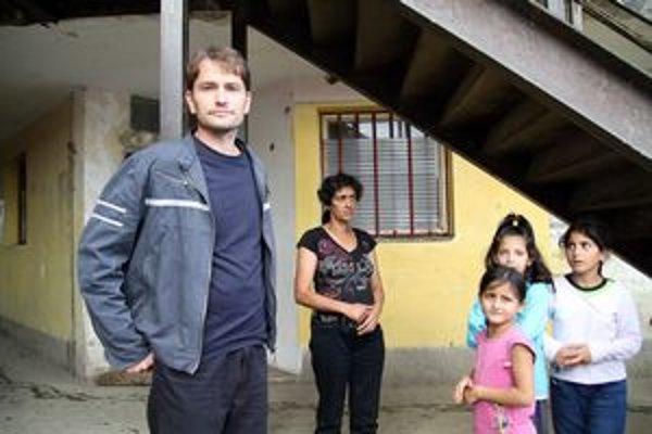 Igor Matovič a za ním manželka nebohého Nataša Gažiová pred bytovkou, kde zo sanitky vyložili mŕtve telo.