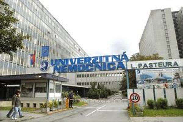 Univerzitná nemocnica L. Pasteura Košice. Mária O. nie je jediná lekárka nemocnice, ktorá čelí obžalobe zo smrti dieťaťa. Stále sa neskončil ani proces s gynekologičkou Ivetou R. Jej oslobodenie spod obžaloby nedávno zrušil Krajský súd v Košiciach.