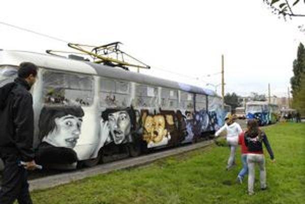 Električky s grafitmi: Budú jazdiť na linke č. 6.