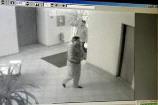 Záznam z kamery na úrade. Títo dvaja muži mali Kažimírovi núkať rómske hlasy.