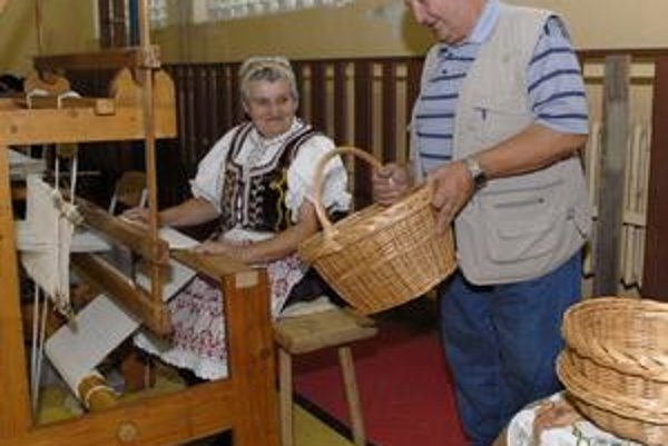 Mária Tomisová a Jozef Juraško. Pani Tomisová tkala ľanové prestieradlo. Pán Juraško vyrába už niekoľko rokov košíky.
