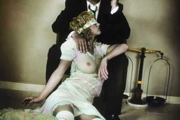 Hladinu konzervatívnej slovenskej mienky rozbúril plagát, ktorý vytvorila Sára Saudková a na ňom je Miroslav Donutil v spoločnosti ženy s odhalenými prsiami