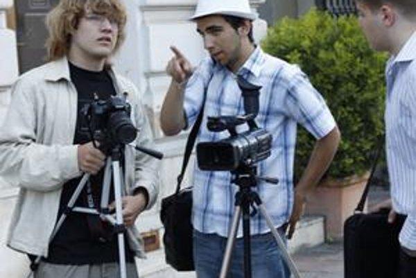 Režisér Marko Procházka (v strede) vysvetľuje svoju predstavu filmovému štábu aj hercom.