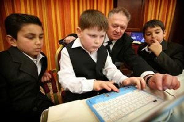 Traja zástupcovia detí prišli tento týždeň firme, ktorá im počítače podarovala, ukázať, že to bol správny dar. Vyše päť hodín cestovali Jožko Kríž, súrodenci Jožko a Janko Balogovci so svojím učiteľom Jurajom Platkom do hlavného mesta  a mamy ich na to aj
