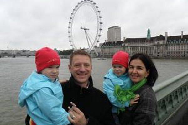 S rodinou na výlete pri Londýnskom oku.