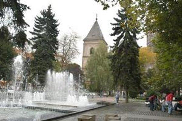 Osvieženie. Čaro hrajúcej fontány v parku pri divadle si možno vychutnať už len niekoľko dní.