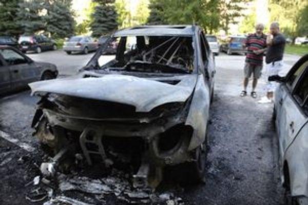 Požičaný mercedes zhorel Lukáčovi pod oknami bytu koncom augusta.