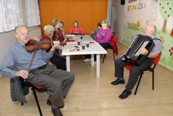 Seniorský spevokol. V dennom centre pravidelne cvičia rezké pesničky.