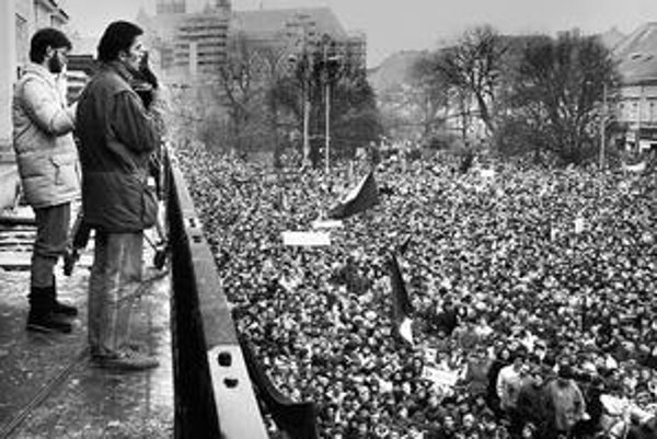 Tribún mítingov Peter Rašev. Dnes už nebohý herec a režisér sa vtedy prihováral tisíckam Košičanov.