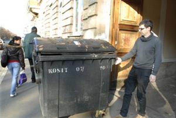 Smetná bedňa. Obyvatelia ju majú vo dvore. Tvrdia, že keď ju chcú mať vysypanú, musia buď ráno vstať alebo vyniesť smetiak na ulicu.