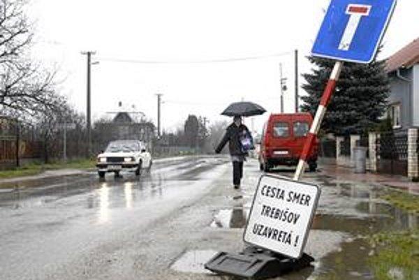 Zavádzajúce značky. Neinformovaných vodičov mohli ešte včera doobeda poriadne zmiasť.