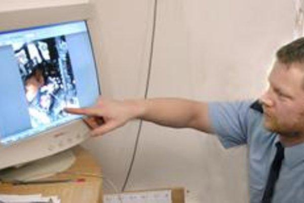 Na monitore nám Tomáš Berzetei ukazuje, ako sa mohol rozšíriť požiar.