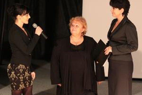 Záber z krstu knihy. Zľava s mikrofónom v ruke Mgr. Kristína Plajdicsková, Alžbeta Linhardová a moderátorka akcie Alžbeta Jacková.