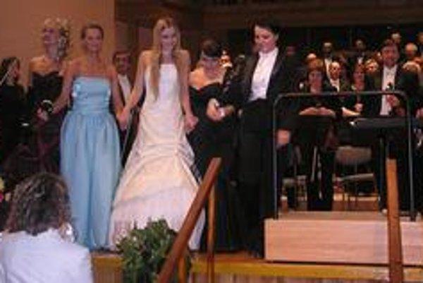 Päť dám operety - zľava sopranistky Erika Eperjesi, Lucia Knoteková, Martina Šnytová, Katarzyna Oleś-Blacha a dirigentka Elzbieta Tomala po záverečnom galakoncerte Košického operetného festivalu.