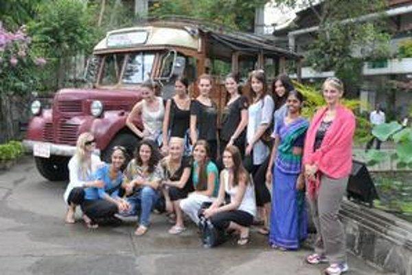 Hana (vpravo) so slovenskými finalistkami Miss Universe, ktoré prišli na Srí Lanku na predfinálové sústredenie.