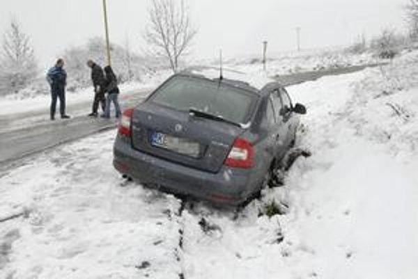 Šmýkalo sa. Autá končili mimo cesty, nikto sa našťastie vážne nezranil.