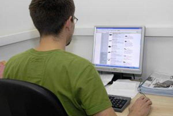 Surfovanie po internete. Mužov láka najmä nakupovanie elektroniky.