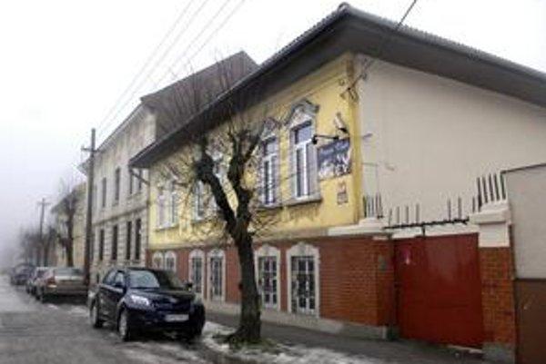 Na Štefánikovej a Thurzovej ulici. Podľa živnostenského registra Vojtech M. obidva erotické salóny zrušil vo februári 2009. Dnes zrejme na rovnakom mieste fungujú pod niekým iným.