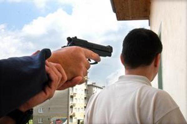 Pištoľ pri hlave. Takto sa chcela podľa prokuratúry v roku 2004 trojica Košičanov dostať k peniazom muža z Turecka. Na súde niet svedkov, ktorí by to potvrdili.
