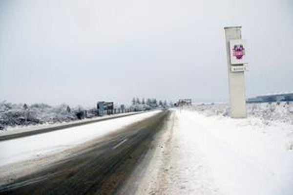 Podnik Faurecia vyrastie vľavo od cesty oproti Valeu. Nový areál sprístupnia z hlavnej komunikácie, denne tam pribudne okolo 30 kamiónov.