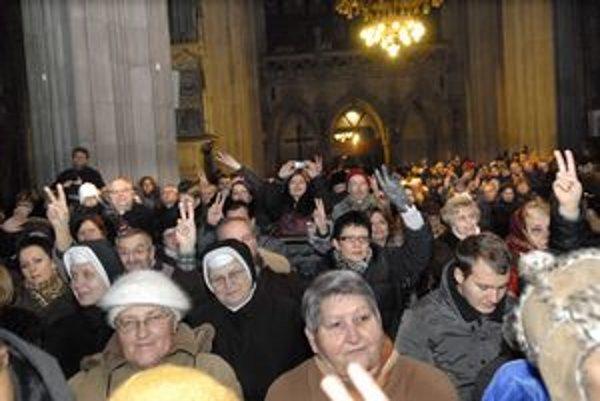 Plný kostol. Dóm sv. Alžbety bol zaplnený na prasknutie. Gospelový koncert pritiahol množstvo veriacich.