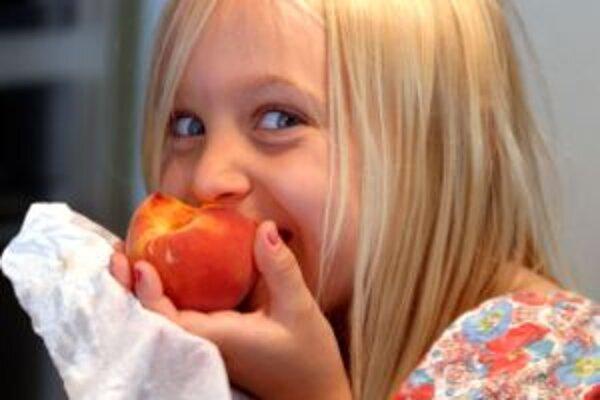 Už v útlom veku treba deťom predkladať správny model stravovania - chýbať nesmie ovocie a zelenina.
