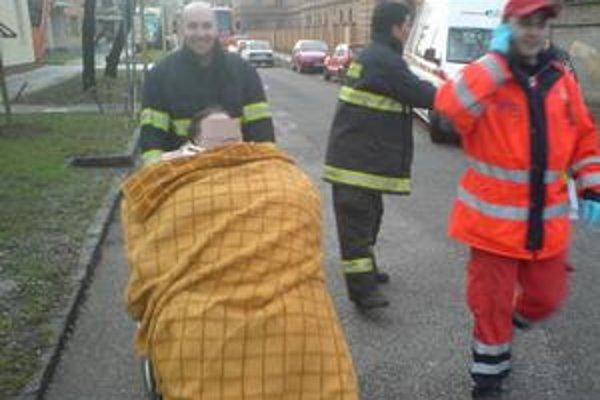 Hasiči ako sanitka. Do nemocnice museli pacientku odviezť hasiči na pojazdnom kresle.