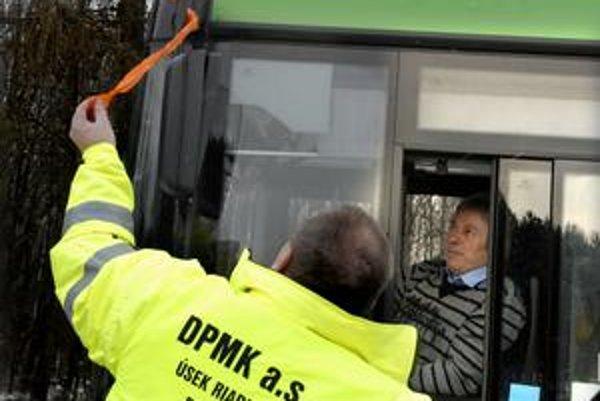 Autobusy MHD. Včera na protest proti nezmyslom v mýtnom systéme jazdili s oranžovými stužkami.