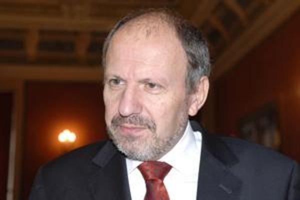 František Knapík (KDH). S odbormi rokoval aj o odstupnom pre prepustených zamestnancov. Jeho zníženie nepresadil.