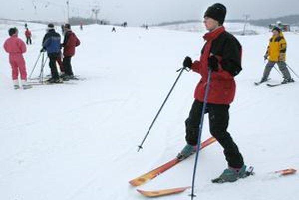 """Chudobná nádielka. Tohtoročná zima je na sneh zatiaľ dosť skúpa, lyžuje sa len vďaka """"umelému"""" snehu."""