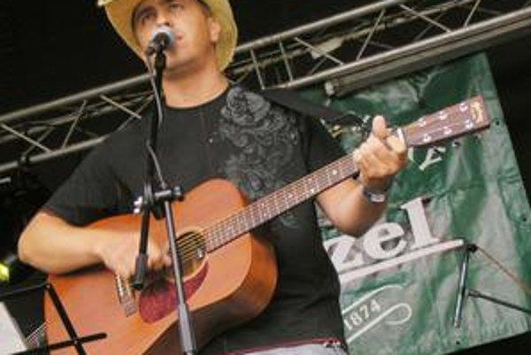 Peter sa najlepšie cítil na pódiu a s gitarou v ruke.