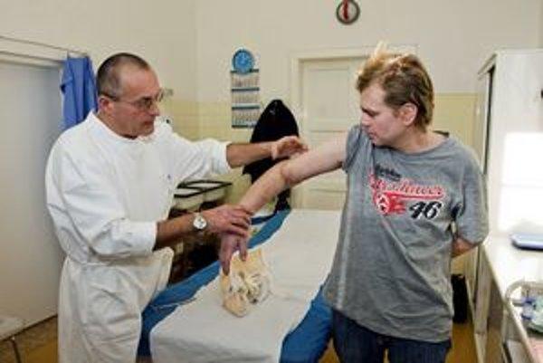 Peter Giňovský si ruku odrezal na sklonku minulého roka, keď pílil drevo na cirkulárke, asi 10 centimetrov nad lakťovým kĺbom. Ruku sa však podarilo prišiť späť. Kontrola ukázala, že hojenie prebieha normálne a pacient už mohol začať s intenzívnou rehabil