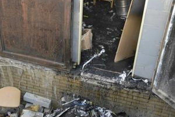 Páchateľ reštauráciu vykradol a zapálil.