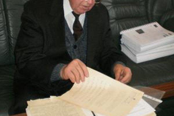 A. Jenča st. s dokumentmi z prešovského súdu z roku 1948, ktorý ho neoprávnene poslal do Leopoldova aj Jáchymova.