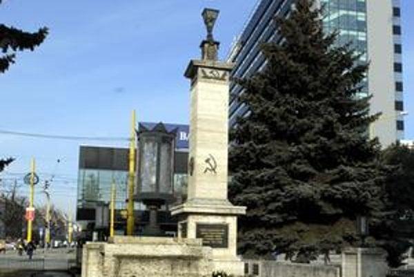 Pamätník. Kosáky s kladivami ostali už iba na ústredných pilieroch, ostatné zmizli.