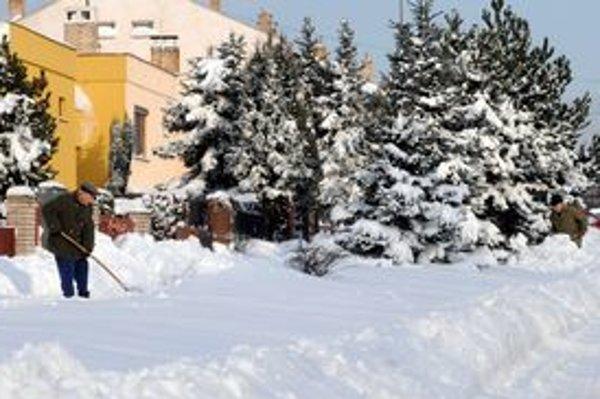 Košice sa spamätávajú z následkov kalamity. Na snímke čistenie chodníkov na košickej Furči.