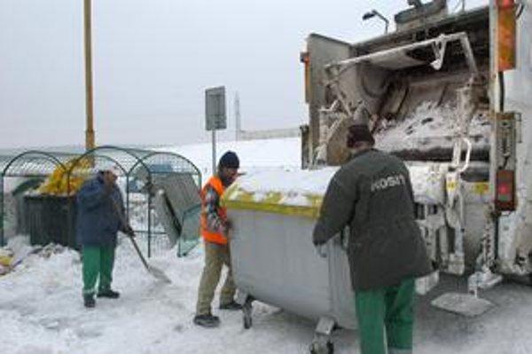 Kontajnery na Ťahanovciach. Včera ich už smetiari postupne vynášali.