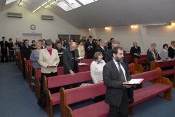 Adventisti sa stretávajú na sobotňajších bohoslužbách.
