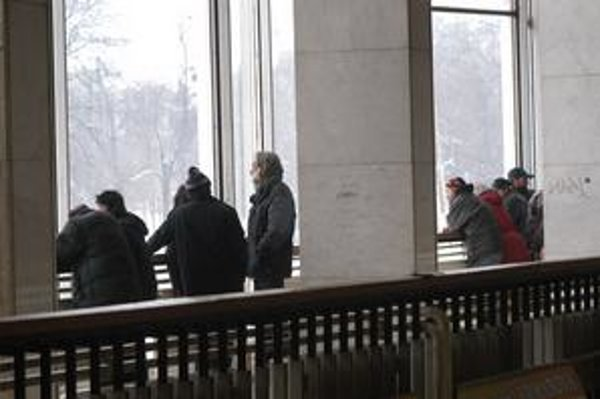 Bezdomovci sa zdržujú najmä na 1. poschodí.
